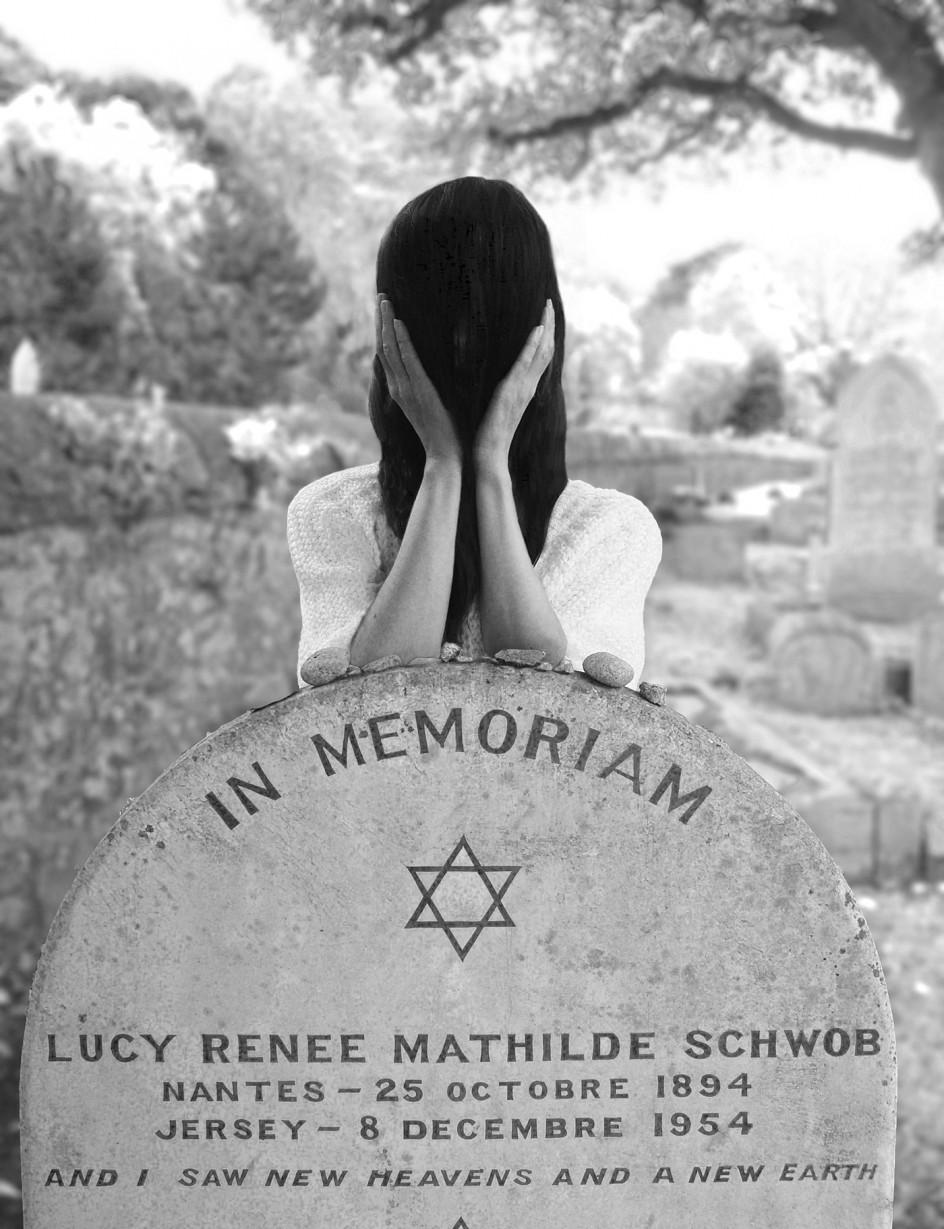 At Claude Cahun's grave by Gillian Wearing 2015. Fotomontaje de Gillian Wearing retratada en la tumba de Claude Cahun