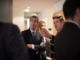 El presidene canario, Fernando Clavijo, con empresarios en Hamburgo