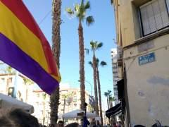 Una bandera republicana davant la placa de la Divisió Blava reposada