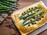 Hojaldre de espárragos trigueros, champiñones y queso