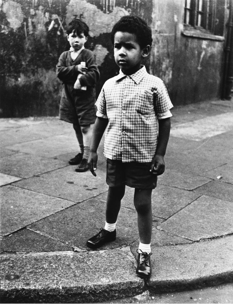 Roger Mayne - Two boys in Southam Street, London, 1956 . Dos niños retratados en 1956 en el escenario favorito de Roger Mayne, la calle Southam de Londres