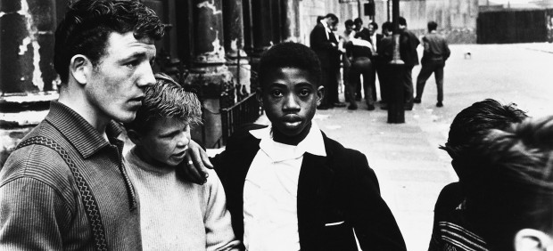 Roger Mayne - Men and boys in Southam Street, London, 1959
