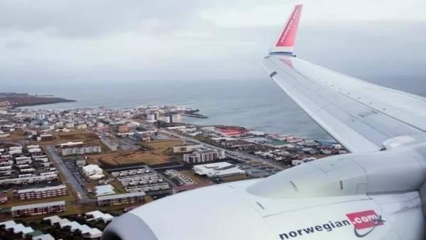 Un aparato de la compañía noruega sobrevuela una ciudad portuaria