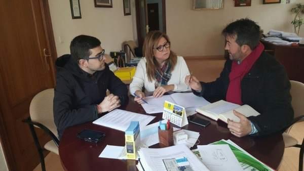 Pilar Salazar en la reunión con el alcalde de Huesa (d), Ángel Padilla.