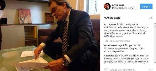Artur Mas firmando la notificación del TSJC de la sentencia del 9-N