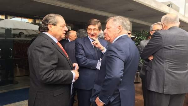 El presidente de Bankia, José Ignacio Goirigolzarri, en el centro de la imagen