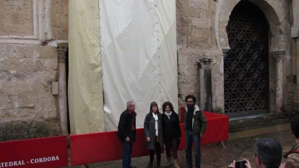 Representantes de Podemos y Ganemos ante la puerta en obras de Mezquita-Catedral