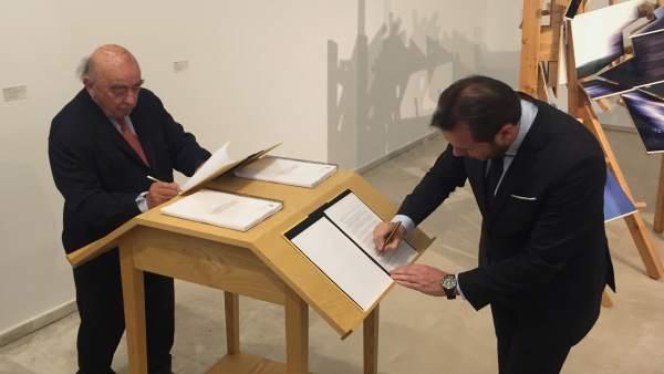 El presidente de la Colección, José Lladó, y Óscar Puente firman el convenio