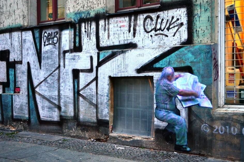 Paolo Cirio, Street Ghosts, installed at 9 Adalbertstraße, Berlin, Germany. Silueta resituada por el artista Paolo Cirio en el lugar en el que aparece el personaje real en Google Street View