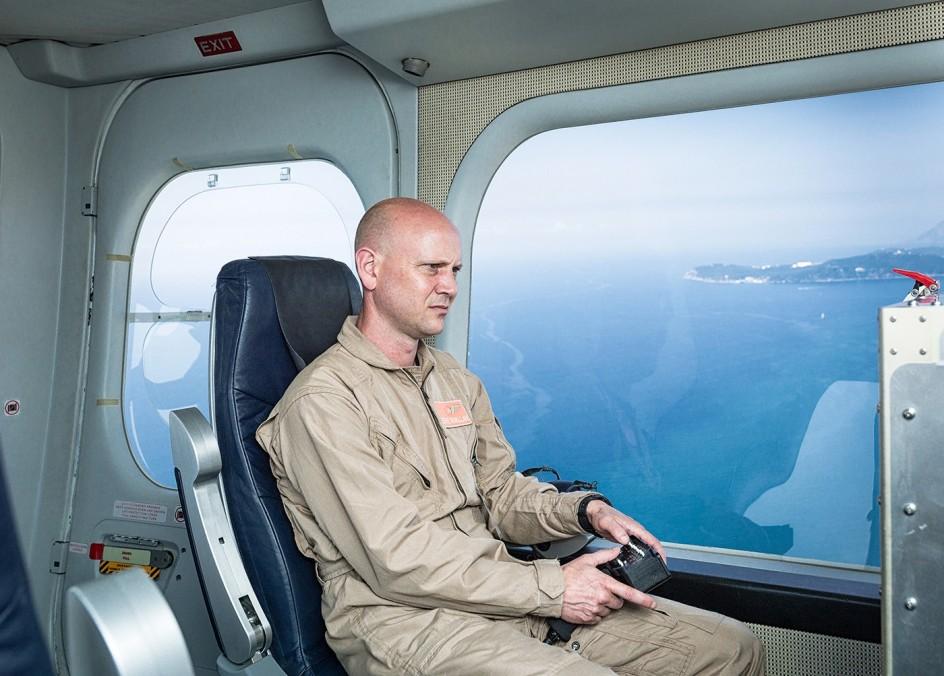 Julian Roeder, Monitoring Zeppelin, 2013, from the series, Mission and Task. Operario de vigilancia fronteriza de la UE a bordo de un dirigible