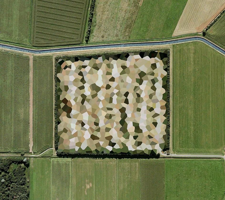 Mishka Henner, Nato Storage Annex, Coevorden, Drenthe, 2011, from the series Dutch Landscapes. El gobierno holandés censura las imágenes de satélite con tramas de estilo muy 'artístico'. Aquí puede verse una instalación de la OTAN.