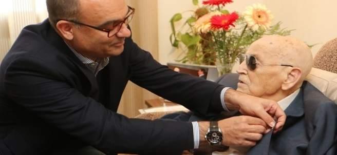 El rector Manuel Palomar entregando la insignia de la UA a Bernat Capó