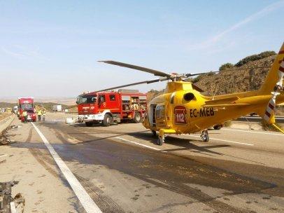 Helicóptero del 112 esperando en el lugar del accidente en la A-23