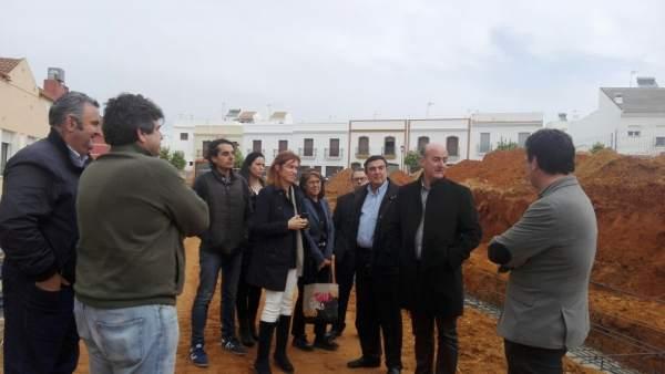 Vicente Zarza visita las obras en el CEIP Río Piedras de Lepe.