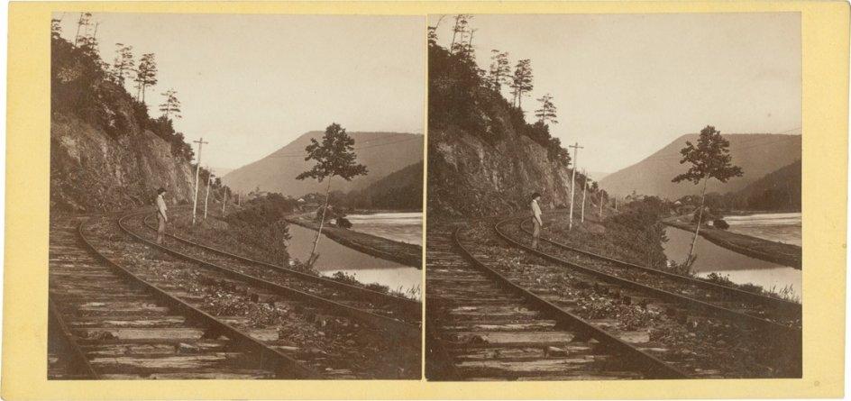 'Rising Mist after Rain, Juniata River', c. 1862. John Moran fotografía las vías del tren en torno al año 1862 en un estereograma