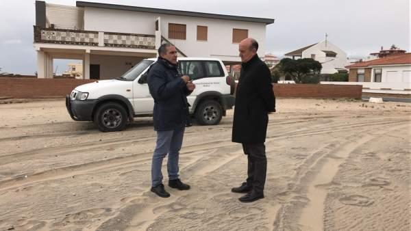 El alcalde de Lepe, Juan Manuel González, visita la playa de La Antilla.