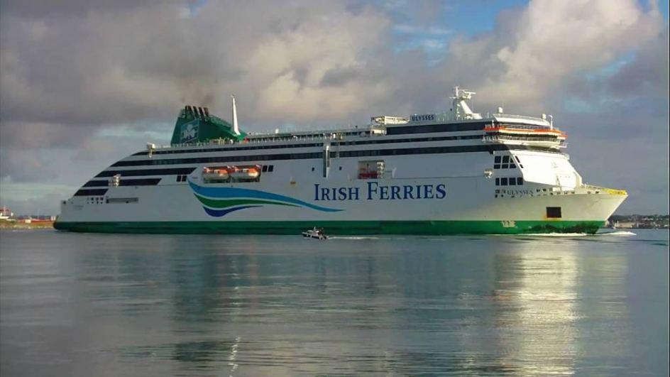 Ulysses. El Ulysses de Irish Ferries es uno de los ferries más grandes del mundo, puede transportar más de 2.000 personas entre pasajeros y tripulación, 1.342 automóviles y 240 trailers cubriendo la ruta entre Dublín y Holyhead. Tiene cine, cafeterías y tiendas.