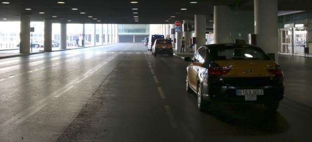 Parada de taxis vacía en el aeropuerto de El Prat.