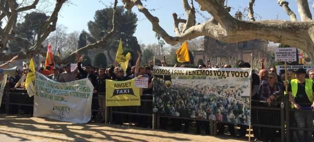Imagen de la concentración de taxistas ante el Parlment en Barcelona.