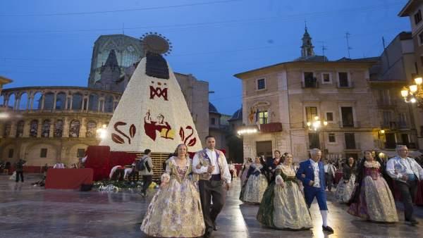 Més de 50.000 rams blancs i rojos confeccionaran el mantell de la Mare de Déu dels Desemparats