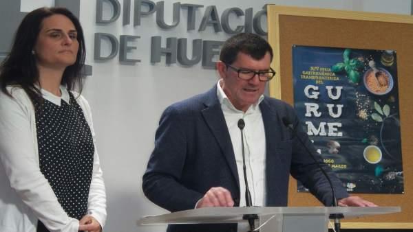 El diputado Antonio Beltrán, junto a la alcaldesa de Paymogo.