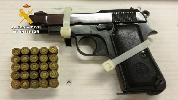 Pistola real del calibre 9 mm.