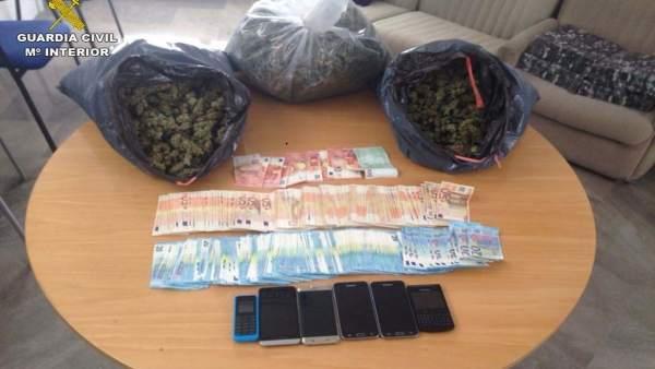 Droga y dinero intervenido en una operación de la Guardia Civil en Pinos Puente