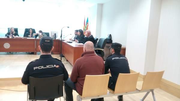 Condemnen un veterinari a 10 anys de presó per matar la seua dona després de drogar-la en la seua clínica de Benijòfar