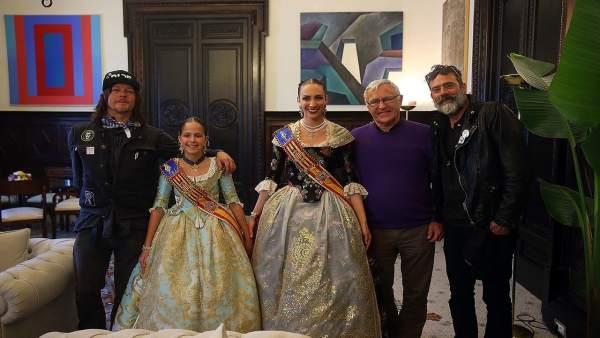 Los actores se han retratado con las Falleras Mayores 2017