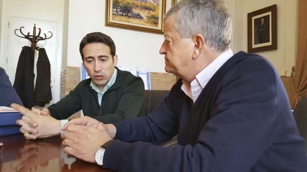 El diputado Óscar Liria y Miguel Martínez, reunidos en el Ayuntamiento.