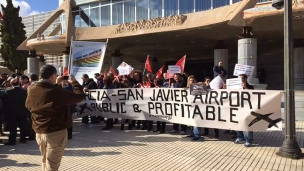 Imagen de la concentración en la puerta de la Asamblea Regional