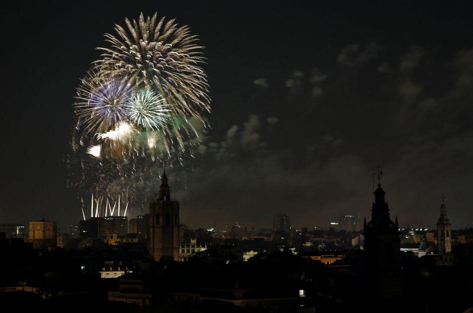 Pólvora nocturna. Alba de les Falles, un castillo de fuegos artificiales con motivo de la noche de la plantá en la que todas las fallas quedan listas para que valencianos y visitantes disfruten de ellas.