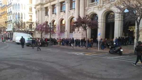 Un malentés sobre una oferta d'ocupació en Correus genera aglomeracions a les portes de la seu a València