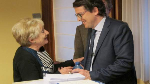 Valladolid. Fernández Mañueco saluda a una militante del PP de Valladolid