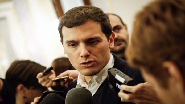 Albert Rivera atiende a los medios en los pasillos del Congreso