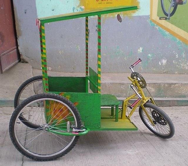 Bici taxi. Bicitec también construye bicitaxis y otros dispositivos para la movilidad. Con estos bicitaxis quieren crear pequeñas empresas de taxi que no contaminen el medioambiente.