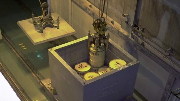 Carga de bidones en un contenedor de almacenamiento en El Cabril