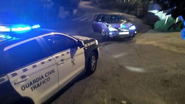 U vehículo se fuga de un control y choca contra un muro en Salceda.