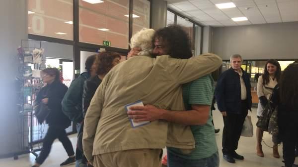 Davide Rodríguez abraza a Beiras en la III Asamblea Nacional de Anova