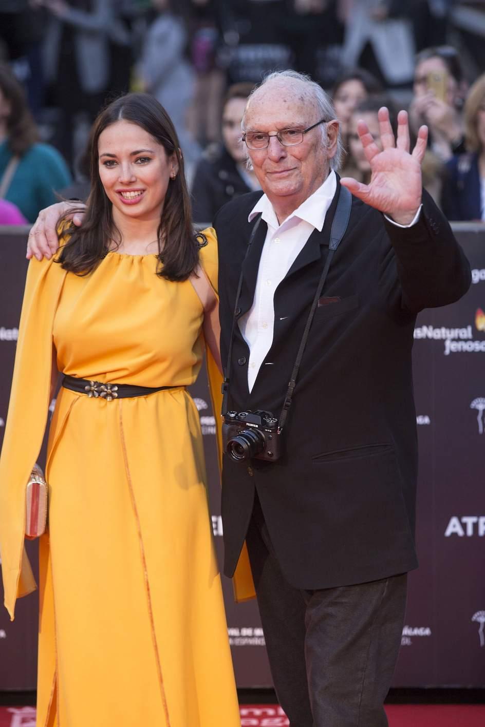Carlos Saura. El director Carlos Saura y su hija posan a su llegada a la gala inaugural de la vigésima edición del Festival de Málaga.