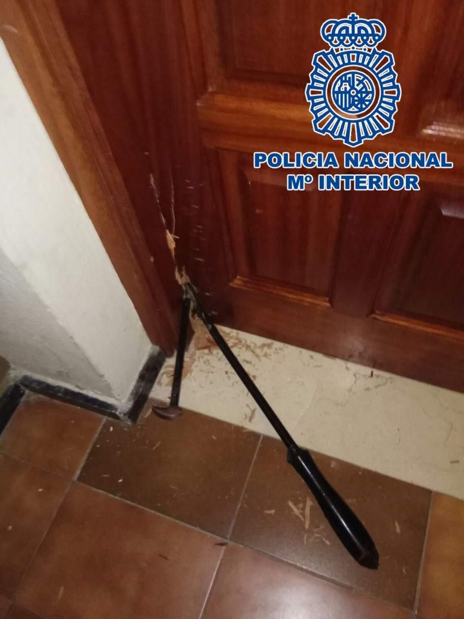 Detenidos dos hombres pillados 39 in fraganti 39 forzando la puerta de una oficina de las palmas de - Oficina seguros mapfre las palmas de gran canaria ...