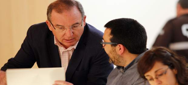 Francisco Delgado Bonilla habla con Iu guzmán ahumada  pleno diputación marzo17