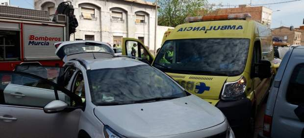 Imagen del turismo y la ambulancia accidentada