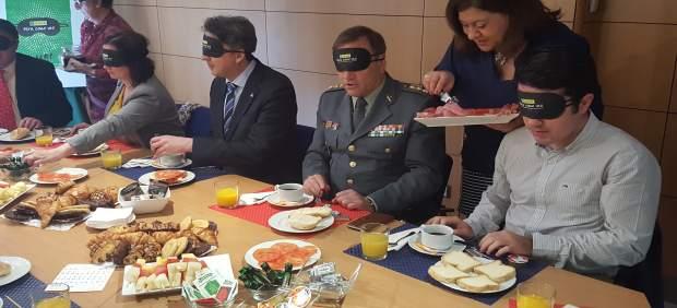 Desayuno a ciegas organizado por la ONCE