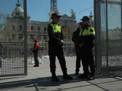 Agentes de la Policía Local de València vigilan el montaje de la mascletà