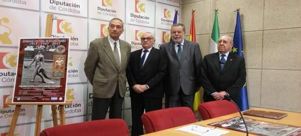 Blanco (centro), con los organizadores de los actos