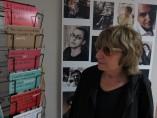 La escritora Antònia Vicens observando una postal con sus versos