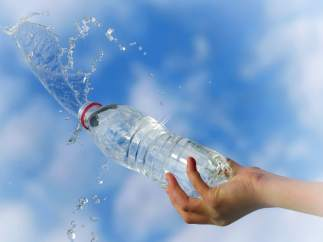 Botella de agua mineral.