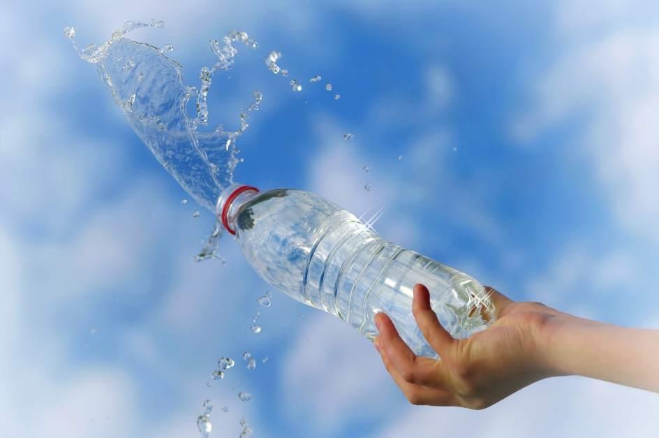 Agua mineral filtrada o del grifo cu l es m s recomendable d a mundial del agua 2017 - Agua embotellada o del grifo ...