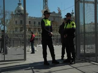 Agents de la Policia Local de València vigilen el muntatge de la 'mascletà'